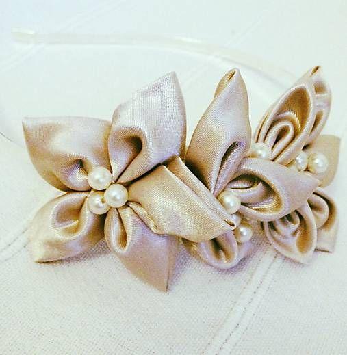 Čelenka ozdobená kvetmi z béžového saténu a maslovými perličkami. Tieto teplé farebné tóny podčiarknu prirodzenú krásu. Vhodné na ples....