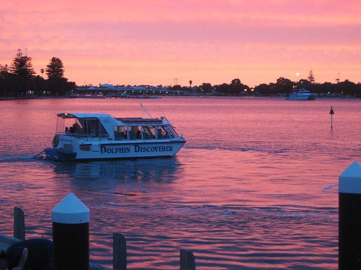 Mandurahs No 1 tourist attraction Mandurah Cruises. Experience Dolphin and Scenic Canal, Christmas Canal Lights, Sundowner, Murray River, Crabbing, Heritage and Lunch cruises when you stay at Port Sails Canal Villa