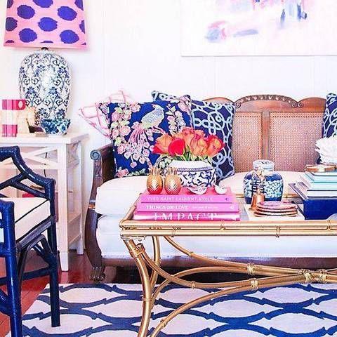 6. O viveiro Pintados e decorados em tons pastel bonitos, este viveiro rosa e azul é realmente sonhador! A cama eo mix tapete muito bem com todos os elementos artísticos criando um espaço original e divertido para seu filho.