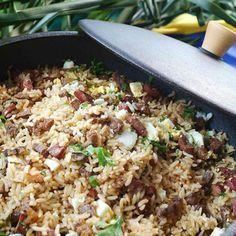Receita de Arroz de Carreteiro (o Original e Legítimo) - 1 unidade de cebola média picada, 1 colher rasa (sopa) de banha, 1/2 kg de arroz, 1/2 kg de charque...