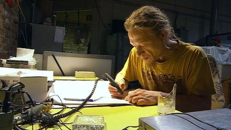 Lasinpuhaltaja Kimmo Reinikka on niitä harvoja Suomessa, jotka ovat vihkiytyneet myös lasinkaiverruksen saloihin.Kuva Ville Välimäki / Yle