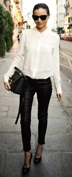 俐落的白色長袖襯衫,黑色的緊身皮褲, 手拿包 ,尖頭鞋與大墨鏡 ,即使是最簡單的黑與白;Miranda Kerr都穿出了不起的時尚感