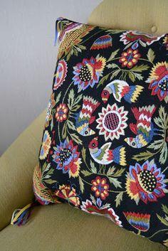 В 17-18 веках Англии большую популярность приобрела вышивка шерстью с характерными цветами и мотивами. На эту тему повлияли рисунки венецианского и игольчатого кружева, фламандский текстиль, темой которых являлись изогнутые стилизованные листья. В знатных домах в этой вышивке были оформлены настенные драпировки, диванные подушки, обитые текстилем стулья, оконные портьеры, напольные ковры...
