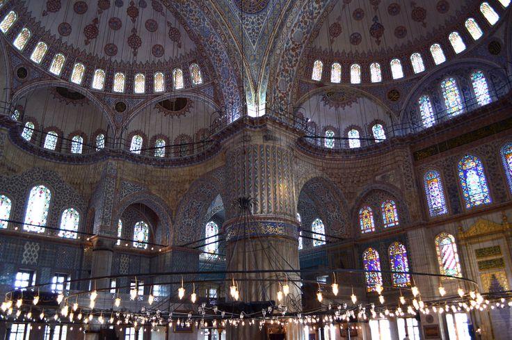 Die ca. 20.000 blauen Kacheln verzieren mit fein geschwungene Kalligrafie und Ornamentik, die Nischen, Fenster sowie der hohe Kuppelraum und lassen die Moschee in einem blauen sanften Ton leuchten......…..mehr unter: http://welt-sehenerleben.de/Archive/1360/istanbul-eine-stadt-zwei-kontinente-1001-gesicht/ #Türkei #Istanbul #Moschee #Reisen #Urlaub #Sonne