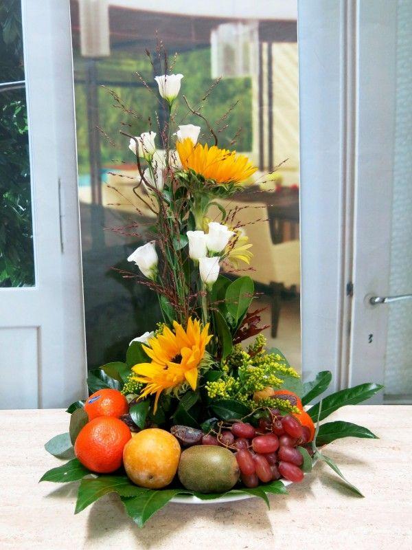 Este centro de frutas de primera calidad y flores es perfecto para regalar.