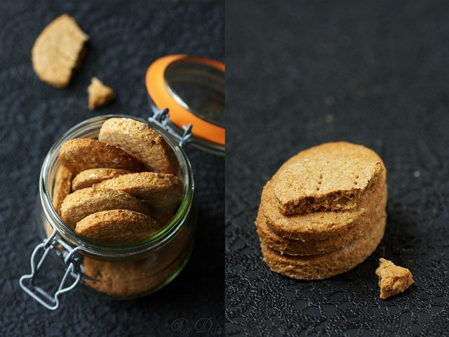 biscotti digestive  - 100 g di farina integrale - 90 g di burro salato - 60 g farina di farro - 60 g di fiocchi d'avena - 60 g di zucchero di canna - 3 g di lievito in polvere (in polvere o bicarbonato di alimenti da forno) 1 cucchiaino - 2 cucchiai di latte  1. Preriscaldare il forno a 180 ° C. Chiedi carta da forno su una teglia da forno. Passa al frullatore farina d'avena e mescolare con due farine, il lievito e lo zucchero.