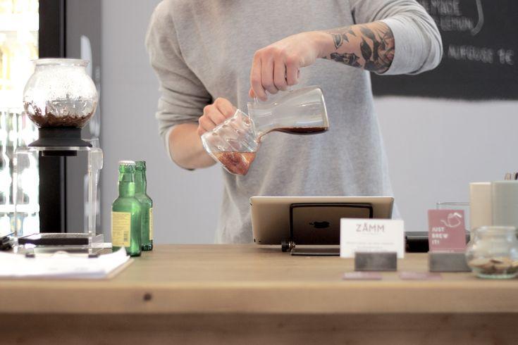 Im Juli 2014 hat sich mit dem ZÅMM Coffee Collective ein weiteres durch Qualität überzeugendes Café in Wien Neubau in dem stetig wachsendem Lokalangebot erfolgreich eingereiht. Die Vielfalt an Zubereitungsmethoden und das sich geschmacklich positiv abhebende Espressoangebot sind mitunter Gründe für eine klare Besuchsempfehlung.