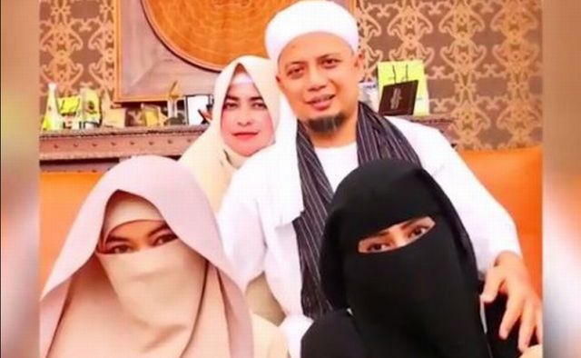 Keanehan Kelompok Liberal dan Ahoker Membully Poligami Arifin Ilham Tapi  Mendiamkan Pesta Gay http://news.beritaislamterbaru.org/2017/10/keanehan-kelompok-liberal-dan-ahoker.html