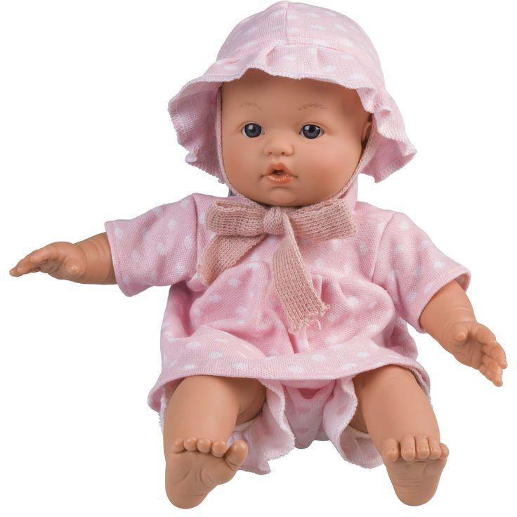 ¡Somos uno más en la familia! ¿Has visto qué bebé tan guapo tenemos? Tiene el cuerpo blandito y la cabecita, las piernas y los brazos sólidos. Y también ¡un montón de complementos para jugar! Es perfecto para despertar la imaginación de los más peques de la casa ¡Es taaan achuchable! #muñeca #bebe #niños #rosa