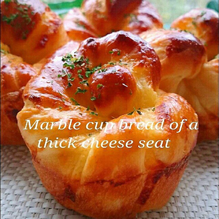 チーズシートで、甘じょっぱいお総菜パン…❤今回はスライスチーズで砂糖を加えずに仕上げた、濃厚チーズシートのマーブルカップパンを焼きました  以前、NicoちゃんのSweetSなチーズカスタードシートを使わせてもらって、美味しいフレーキーを焼きましたが、今回は甘じょっぱいお総菜パンに仕上げました❤  カップ型は、お手軽にプリンカップを使い、高さを出しました(プリンカップは直径8㌢、高さ5.5㌢位のものです)  甘いチーズカスタードシートならNicoちゃんの美味しいレシピへGo~❤(Nicoちゃんのレシピは2015,3,23に載っています) お総菜系でしたら、甘じょっぱいこのチーズシートもおすすめです❤  《甘くない濃厚チーズシート》 スライスチーズ  4枚 牛乳 50㌘ 強力粉 15㌘ コーンスターチ 5㌘ バター 10㌘  ①耐熱ボウルに、手でてきとーにちぎったスライスチーズ、牛乳を入れて、レンジで1分半位チン。(チーズをまず溶かします) ②そこに茶漉しで振るった粉類を入れて、ダマにならないように混ぜ合わせ、再びレンジで1分。 ③もう一回、取り出して、よく混ぜて1分チ...