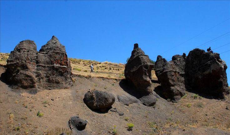 """Nemrut'un develeri/Tatvan/Bitlis/// Tatvan ilçesindeki volkanik Nemrut Dağı'nın patlaması sonucu oluşan ve şekillerinden dolayı """"Nemrut'un develeri"""" olarak adlandırılan taşların, yok olma tehlikesiyle karşı karşıya kaldığı bildirildi."""