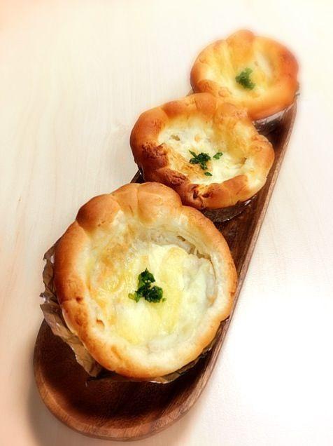 パンをカップ型に成型してフィリングはチキングラタン、チーズをトッピングして焼きました(^.^) - 171件のもぐもぐ - チキングラタンパン by sakuranbo4