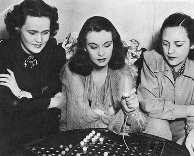 alittleeternity:  Vivien Leigh playing Chinese checkers