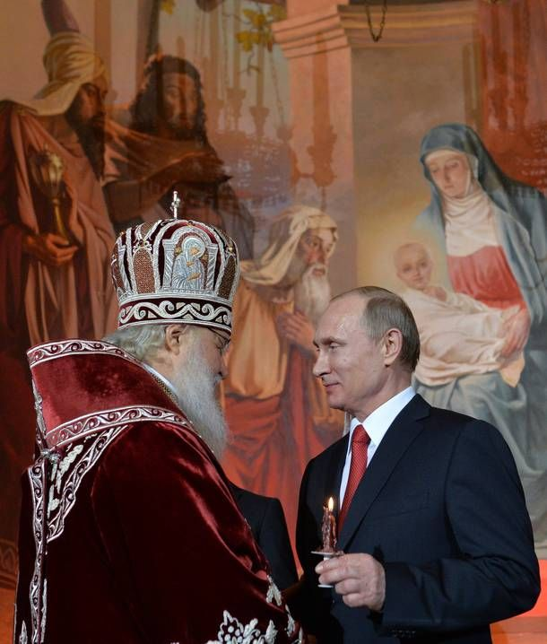 Patriarch Kirill geeft Poetin zondag 12-04-2015 het licht in Moskou.
