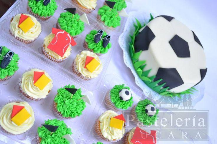 Futbol cupcakes and futbol cake. Torta de pelota, futbol, selección chilena