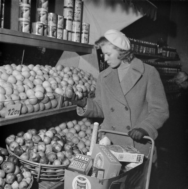 Ensimmäiset itsepalvelumyymälät avattiin Helsingissä 1950-luvun alkupuolella. Helsinki 6.2.1957. Kuvaaja Teppo Palho