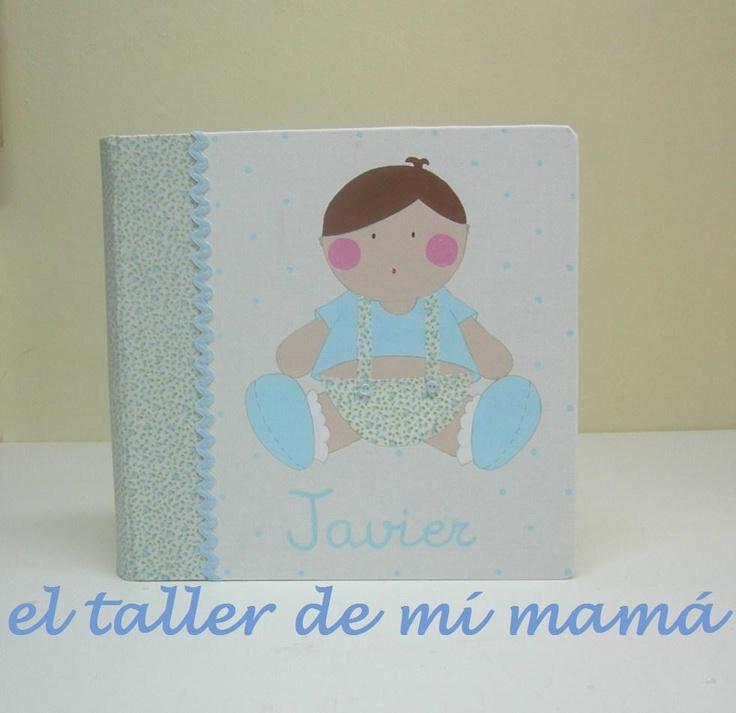 Álbum de fotos de niño sentado con peto, hecho a mano y con aplicaciones en 3D. Se personaliza con los rasgos de identidad del niño y con el nombre