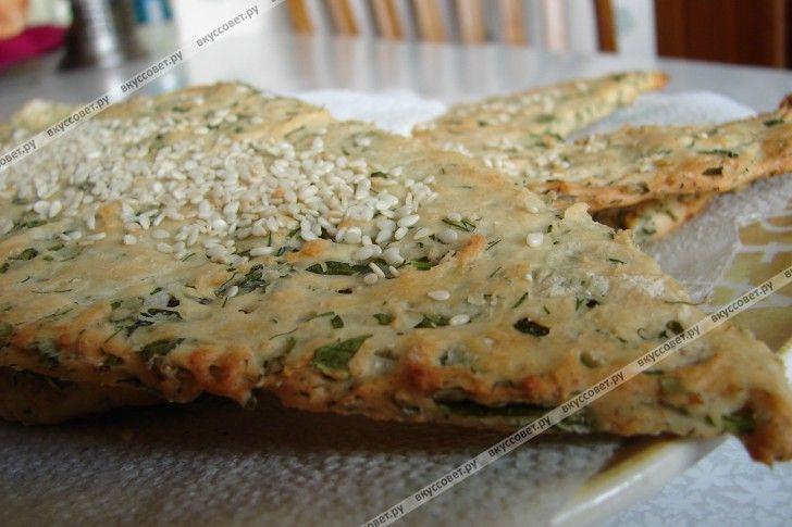 Такие лепешки называют еще Наан - в переводе означает слов Хлеб. Это блюдо пришло к нам из Древней Персии, оно распространилось по всей Азии, вплоть