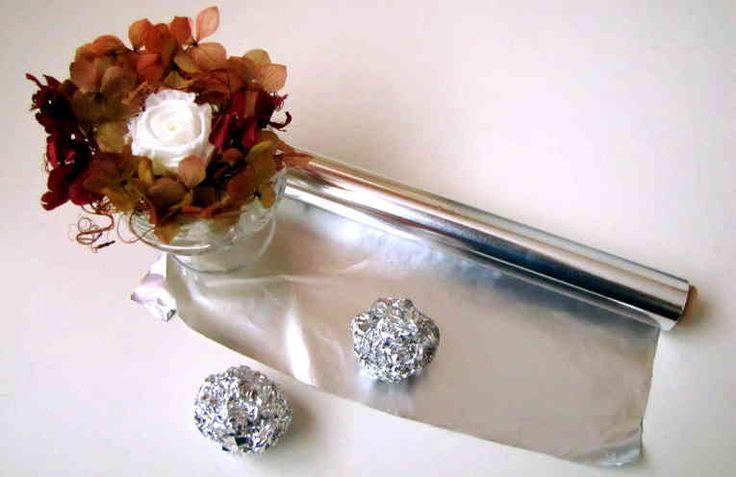 El papel aluminio es un producto que ya forma parte de millones de cocinas en todo el mundo, pues son muchos usos los que se le pueden dar y es perfecto para conservar los alimentos. Es probable que en casa tengas un rollo de papel aluminio guardado y solo lo utilices para envolver alimentos y conse