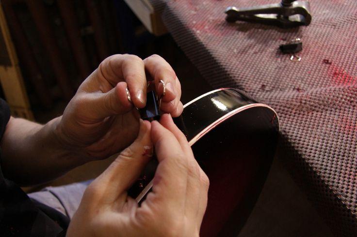 Очистка окантовки корпуса от краски и лака (корпус красят несколько раз послойно)