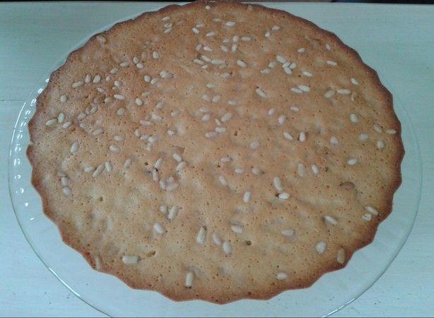 Cake met pijnboompitten! Lijkt een rare, maar is een heerlijke combinatie! De combinatie van citroenrasp en pijnboompitten is heerlijk! Echt een hele erge aanrader! Is erg makkelijk om te maken, en het is ook nog eens een keertje iets anders dan de eeuwige boerencake omdat het in een quichevorm wordt gemaakt! Recept bij reacties! Bon apétit!
