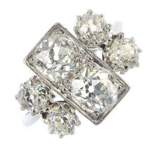 LOT:135   A diamond dress ring.