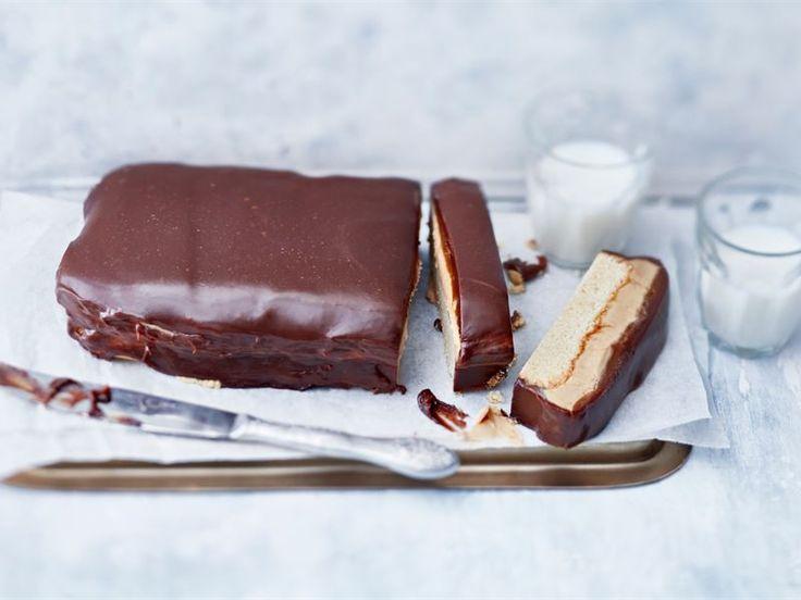 Tässä kakussa ei säästellä raaka-aineissa, joten pieni pala riittää tyydyttämään vaativammankin makeannälän. Suklaapatukasta inspiraationsa saanut kakku on kaikessa yksinkertaisuudessaan herkuttelijan unelma.