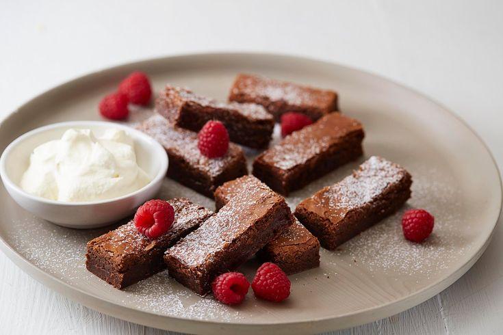 Brownies er noe få av oss klarer å motstå. Her er en enkel oppskrift på en herlig variant av denne tunge, amerikanske sjokoladeklassikeren, som er ørlite rå i midten. Brownies serverer du gjerne sammen med vaniljeis eller fluffy krem. Fantastisk godt!