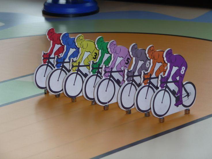 8 racefietsen aan de grote wielertafel, welke wielrenner finisht als eerste?