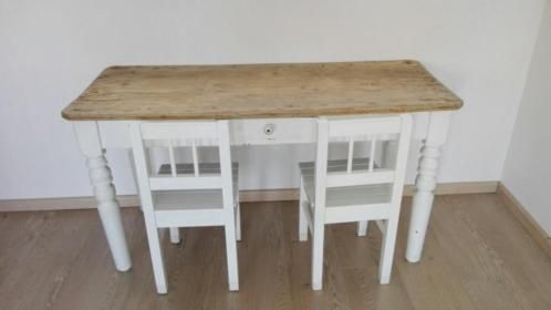 Tafel met twee stoelen afmeting tafel is 1,20 breed 60cm hoog en de stoelzitting is31 cm hoog.
