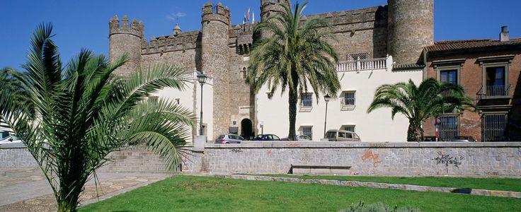 El Hotel de Zafra, Palacio de los Duques de Feria, se alza sobre un majestuoso castillo del siglo XV..