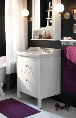 Kleine, traditionele badkamer met opbergruimte