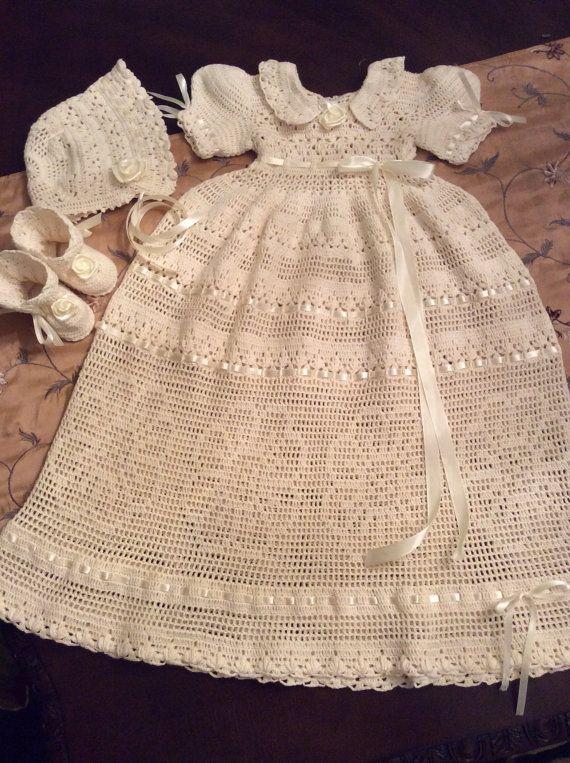 Ganchillo de la mano de bautizo vestido, gorro y patucos. Está hecho con hilo de algodón de ganchillo en color marfil. Un atuendo de la hermosa bendición que se ajuste a un bebé hasta los 3-6 meses. Las medidas del vestido de 28 pulgadas de largo y la cintura es de 21 pulgadas. Los