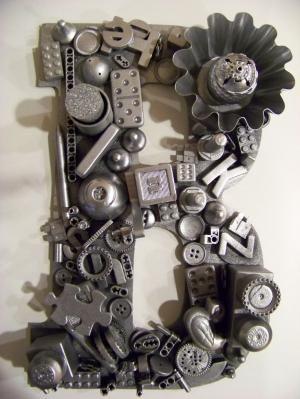 Recycling-Spielzeug auf Holzbuchstaben, Spray mit schwarzen Sprühlack und folgen mit Silber von Macarena Kreps
