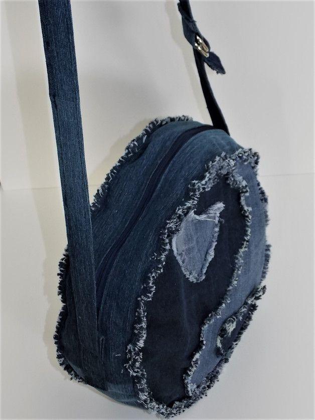 Die runde Schultertasche aus Jeans-Recycling . Diese Tasche ist aus verschiedenen Jeanshosen genäht. Die Tasche wird mit einem Reissverschluss geschlossen. Es gibt ein...