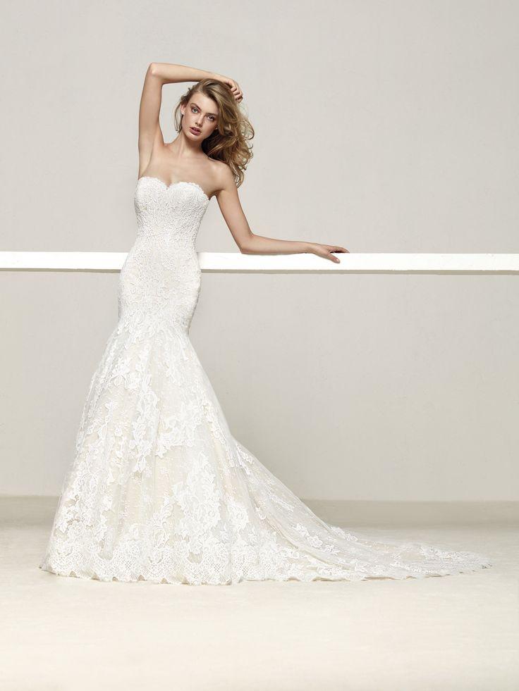 Druida es un vestido de novia que estiliza la silueta acentuando la feminidad. Espectacular diseño sirena de escote corazón y espalda recta. Pronovias