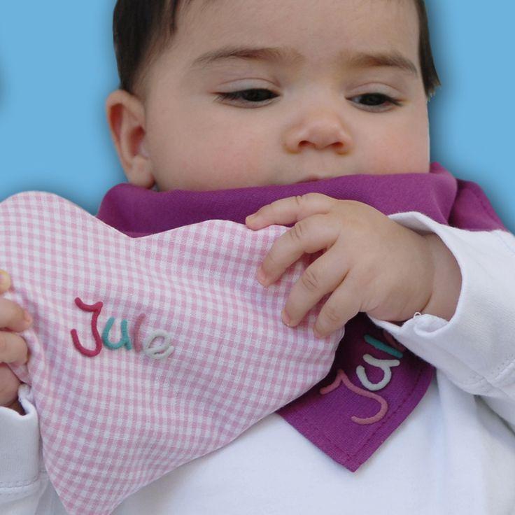 Herzkissen mit Namen zum Wärmen.  Dieses süße Wärmekissen ist ein schönes und einzigartiges Geschenk zur Geburt oder Taufe. Die Rapssamenfüllung ist weich und anschmiegsam und so die beste Alternative zur Wärmefalsche oder zum Kirschkernkissen.  Das Wärmekissen in Herzform wird individuell mit dem Namen des Kindes beschriftet und ist somit ein besonderes Geschenk.  Hier gehts zum Produkt:  http://www.mein-name.info/Fuer-Geburt-und-Taufe/produkte/produkt/Herzkissen-mit-Namen.html