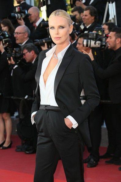 Charlize Theron, 'sexy' en 'smoking' antes de su encuentro con Sean Penn