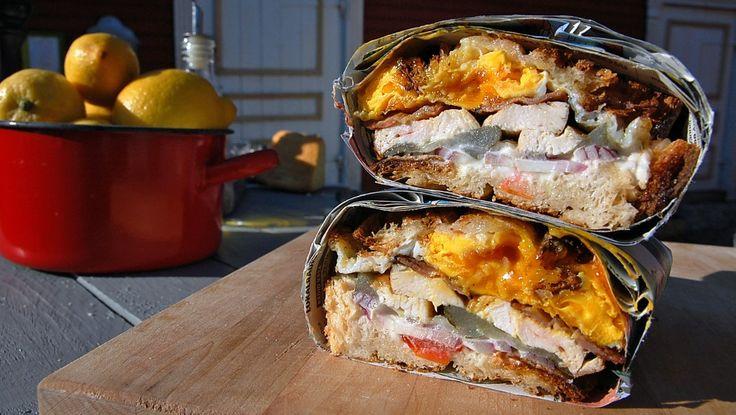 Grillsesongen er i gang, og Paul Svensson griller smørbrød med kylling, bacon, speilegg, tomat og sylteagurk. Foto: Fra tv-serien Hygge i Strömsö / YLE