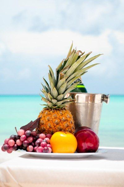 Свадьба в Доминикане (Weddings in the Dominican Republic); Натюрморт из фруктов:ананас, виноград, яблоки, шампанское (Still life of fruit: pineapple, grapes, apples, champagne)