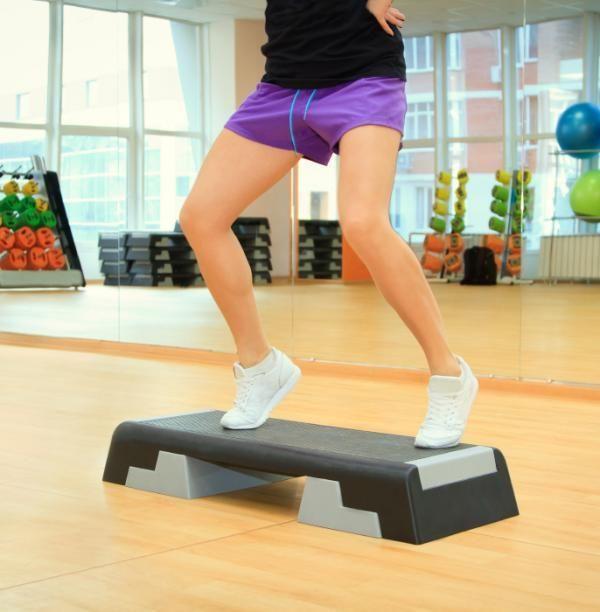 Cómo adelgazar haciendo steps Además de ser un buen ejercicio para adelgazar, el step es una actividad que aporta grandes beneficios a nuestro cuerpo como son lo siguientes:  Ayuda a tonificar los músculos sobre todo los de las extremidades inferiores (muslos, glúteos, gemelos, etcétera). Al hacer un trabajo cardiovascular, se consigue mejorar la resistencia aeróbica, la fuerza y la flexibilidad de nuestro cuerpo. Del mismo modo, también aumenta la capacidad de absorción de oxígeno…