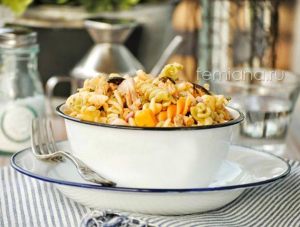 Летний вкусный салат с макаронами, тунцом, сыром и оливками | FEMIANA