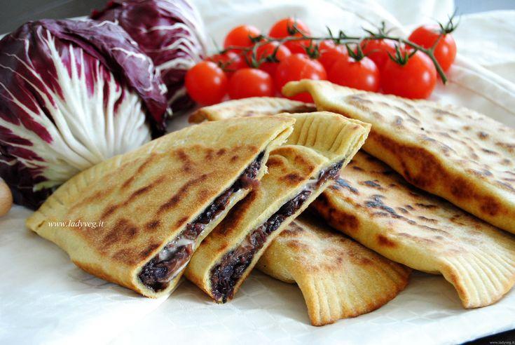 Il cassone romagnolo vegan con radicchio e formaggio veg è una rivisitazione del piatto tipico romagnolo. L'impasto con olio d'oliva è morbido ed elastico.