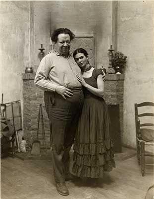 """Diego Rivera y Frida Kahlo se casaron en 1929. Al matrimonio lo llegaron a llamar """"la unión entre un elefante y una paloma"""", pues Diego era enorme y obeso mientras que ella era pequeña y delgada."""