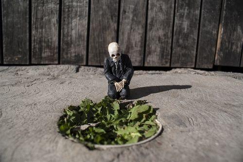 Cement Eclipses mini skull sculptures  http://restreet.altervista.org/gli-schiavi-del-cemento-di-isaac-crodal/