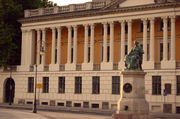 fot.Patrycja Pietruszewska: Plac Wolności, widok na Bibliotekę Raczyńskich, oraz skąpany w zachodzącym słońcu pomnik Higiei. https://www.facebook.com/photo.php?fbid=10151982555642893&set=a.392564567892.167471.376101312892&type=1&stream_ref=10