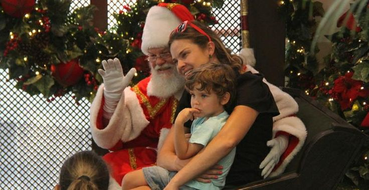 Letícia Birkheuer leva o filho para visitar o Papai Noel