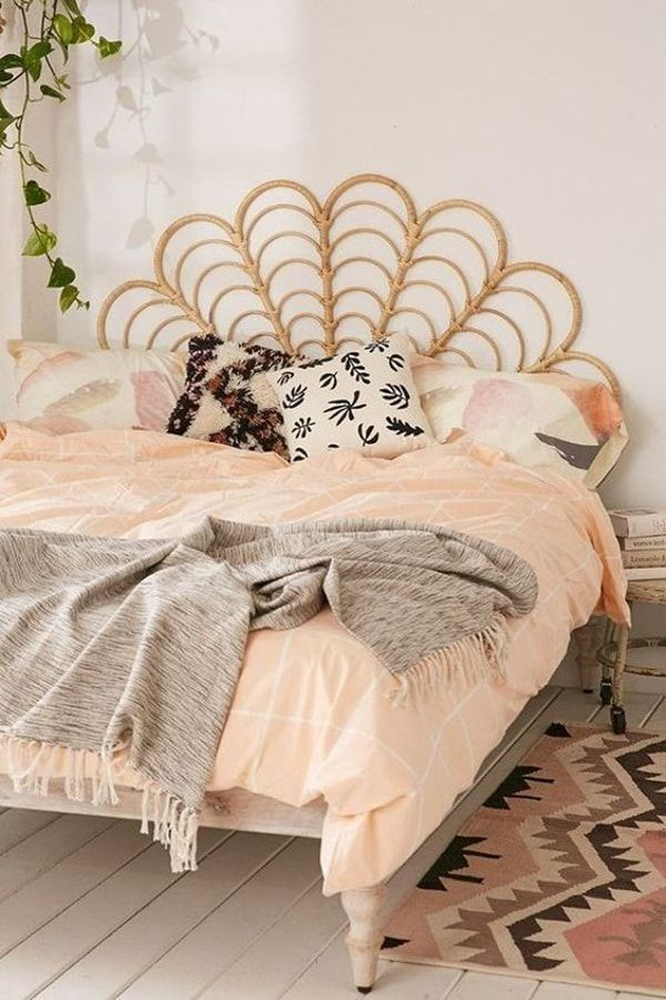 Cabecero de cama hecho con mimbre
