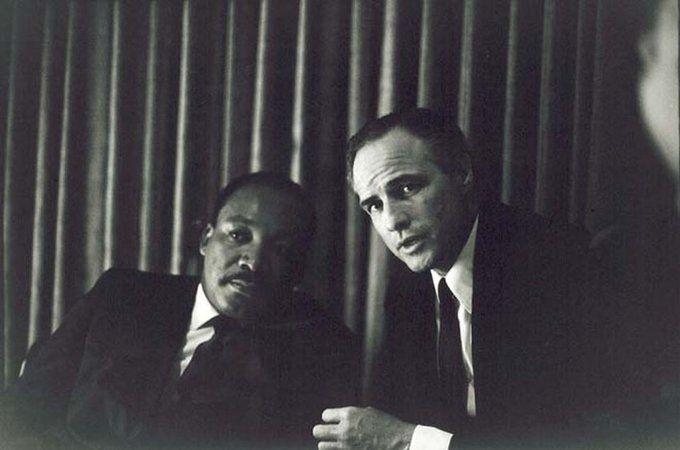 """""""Pessoas incríveis que andam juntas"""" – Martin Luther King Jr. e Marlon Brando"""