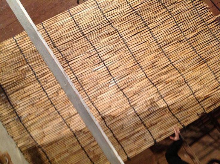 [17]でけた!!  でも、お茶の木の覆いに使うときは、2枚使います。 ここまで、1時間ちょっと。二組で作業したので、できたのは2枚だけ。 このシート状のよしずで覆うことのできるお茶の木は、すこしだけ。